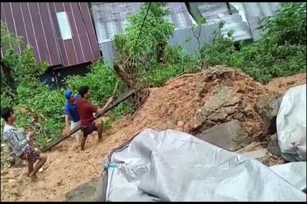 Tanah Longsor Akibat Hujan Deras Timpa 2 Rumah di Kendari