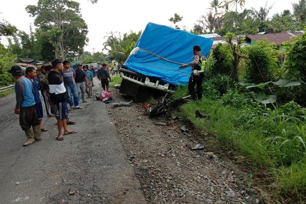 Truk Tronton Rem Blong Tabrak Sepeda Motor, 1 Tewas di TKP