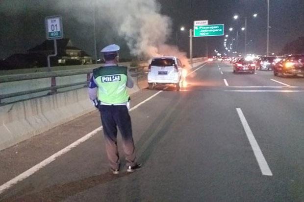 Mobil Xenia Putih Terbakar di Jalan Tol Arah Tanjung Priok