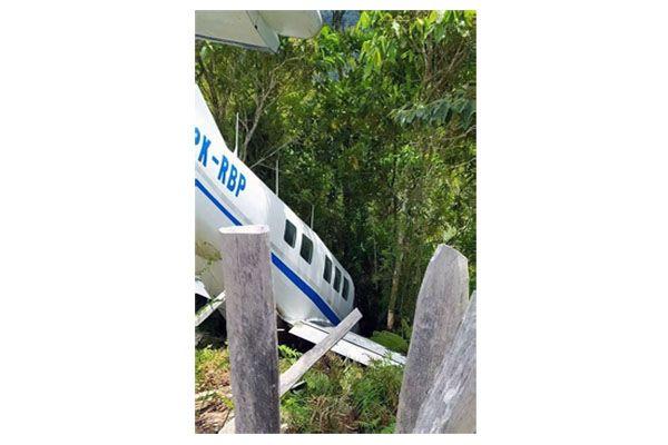 Keluar Landasan, Pesawat Bawa Bantuan COVID-19 Nungging di Parit Papua