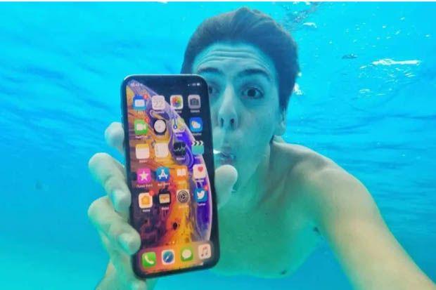 Termakan Iklan, Konsumen Bawa Nyemplung iPhone XS Max ke Air Dalam