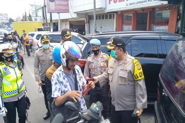 Kapolres Cimahi Bagikan 5.000 Masker di Jalur Wisata Lembang