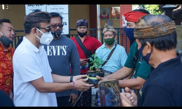 Jaya Negara Serahkan Bibit Tanaman, Masker dan Hand Sanitizer di Banjar Kertasari