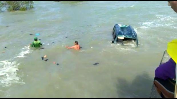 Hindari Tabrakan dengan Truk, Carry Nyemplung Laut di Sampang