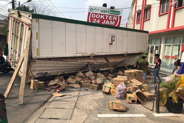 Truk Kontainer Ambles di Depan Klinik Asri Medika Pondok Aren, Jalan Jadi Macet