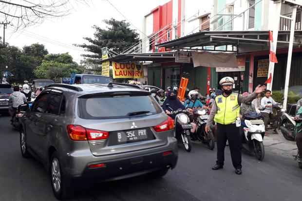 Macet Parah Imbas Kontainer Terguling, Jalan Raya Pondok Aren Buka Tutup