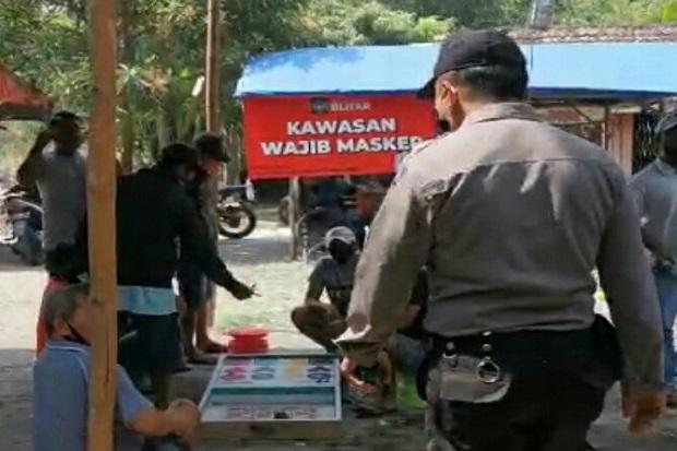 Petugas Gabungan Blitar Razia Masker, Para Penjudi Semburat