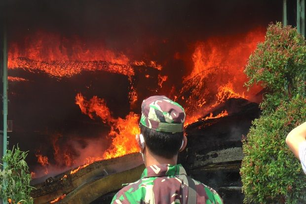 Siang Bolong Kebakaran Hebat Lumat Habis Toko Mebel di Rembang