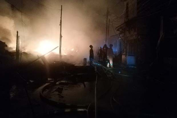 25 Unit Damkar Berhasil Padamkan Kebakaran di Pasar Timbul Tomang