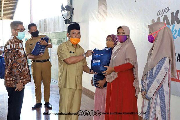 Dukung Gemarikan Bupati Bersama Komisi IV DPR RI Serahkan 500 Bingkisan