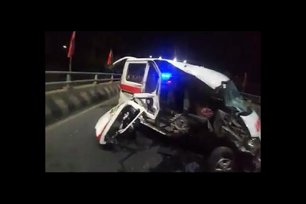 Diduga Sopir Mengantuk, Ambulans Bawa Pasien Tabrak Batas Jalan