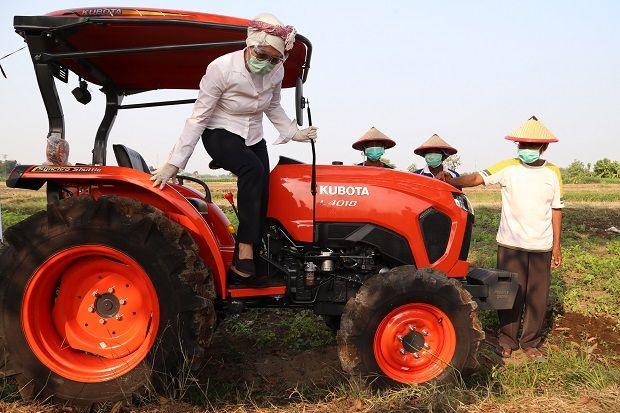 Dorong Percepatan Produksi Pertanian, Indah Kurnia Bantu Traktor