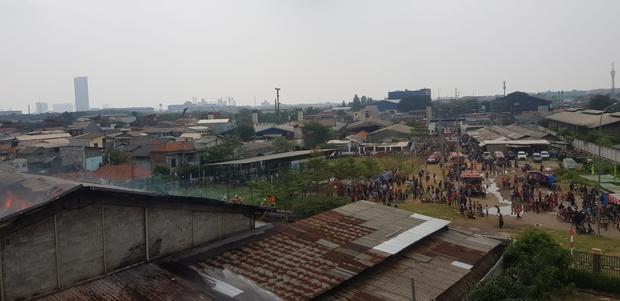 Pabrik Mebel di Cakung Terbakar, Warga Mengungsi ke Masjid