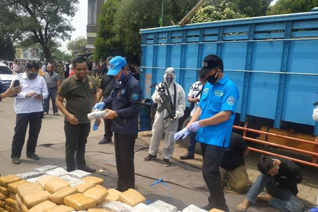 BNN Gagalkan Penyelundupan 450 Kg Ganja Dalam Truk Muatan Pisang di Bekasi