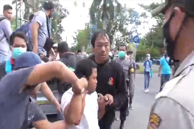 Demo Mahasiswa di Kantor Bupati Lombok Barat Ricuh, 5 Orang Ditahan