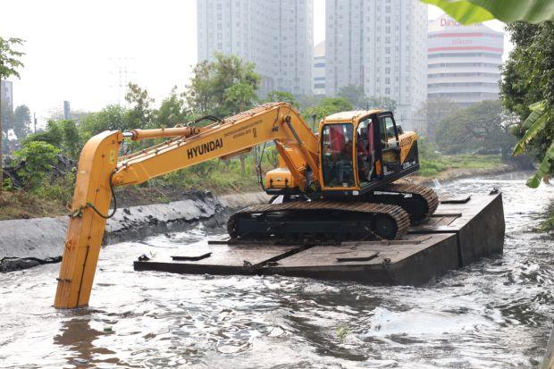 Jalur Penangkal Banjir Tertutup Lumpur, Risma Pilih Cara Cepat Ini