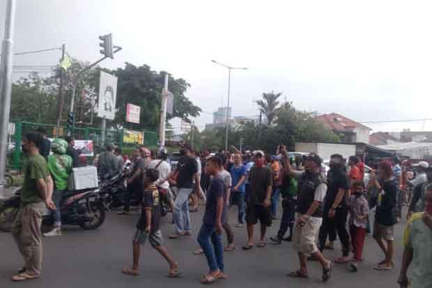 Ribuan Warga Srengseng Demo Penutupan Jalan di Perumahan Intercone