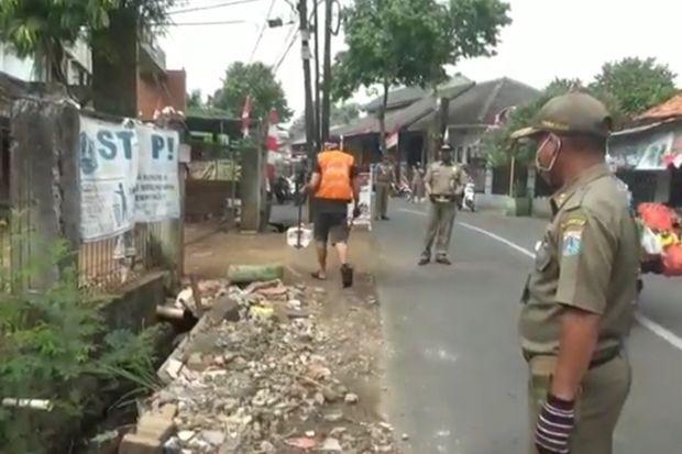 Razia Masker di Pasar Rebo, 22 Pelanggar Dihukum 1 Jam Menyapu Jalan