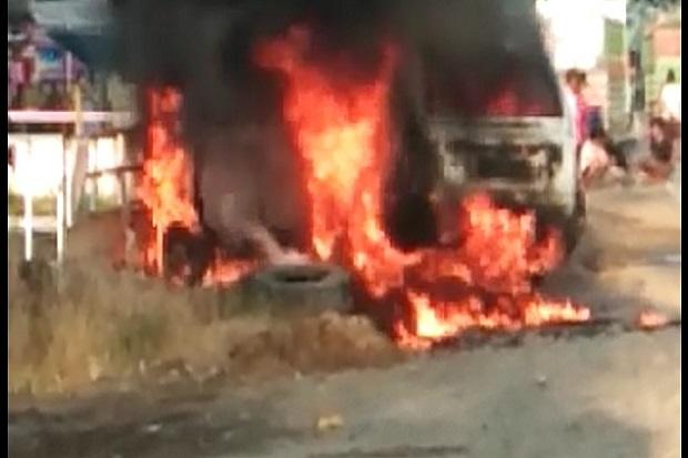 Warga Wajo Geger, Minibus Terbakar di Tengah Jalan Trans Sulawesi