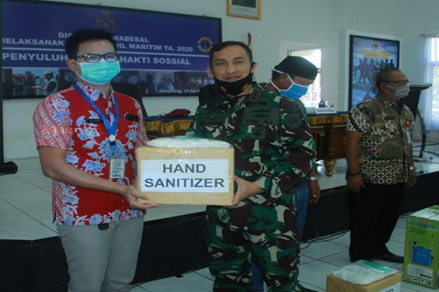 Lanal Semarang Bagikan 500 Paket Sembako ke Warga Terdampak COVID-19