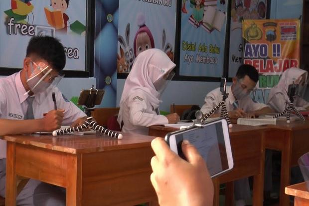 Susah Sinyal, Pelajar di Cilacap Belajar Daring di Mapolsek