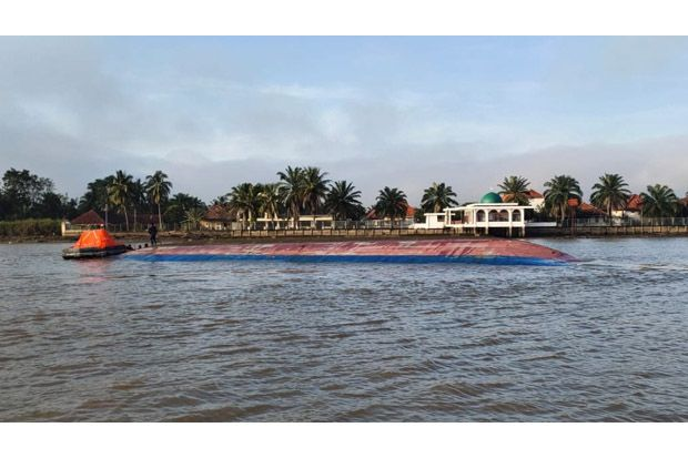 Kapal Kargo Bermuatan Pupuk Tenggelam di Sungai Musi