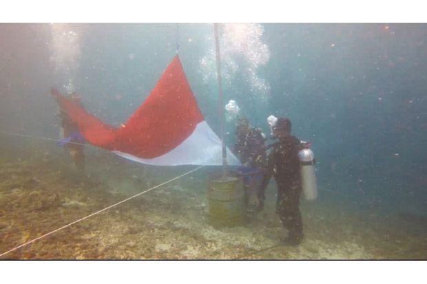 100 Penyelam Kibarkan Bendera Merah Putih di Bawah Laut