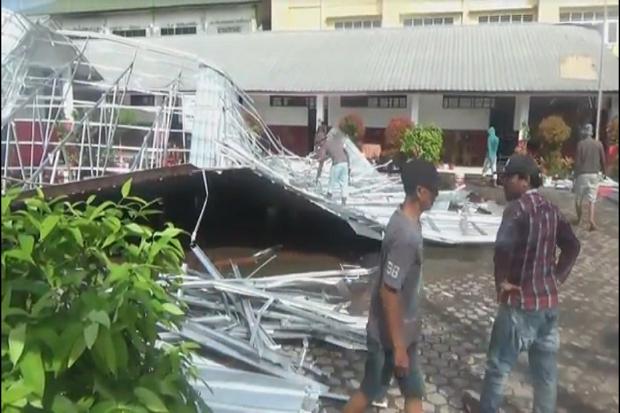 Diterjang Hujan Angin, 1 Sekolah dan 2 Rumah di Medan Roboh