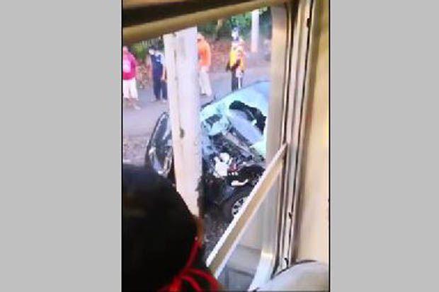 Mobil Tertabrak KRL Commuter Line di Perlintasan TPU Tanah Kusir