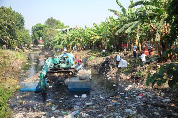 Gandeng Pemprov Jatim, Wings Group Bersihkan Kali Tengah Gresik
