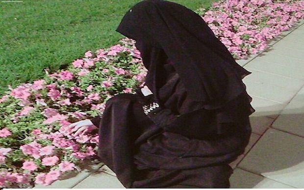 Haruskah Pakaian Muslimah Berwarna Gelap?