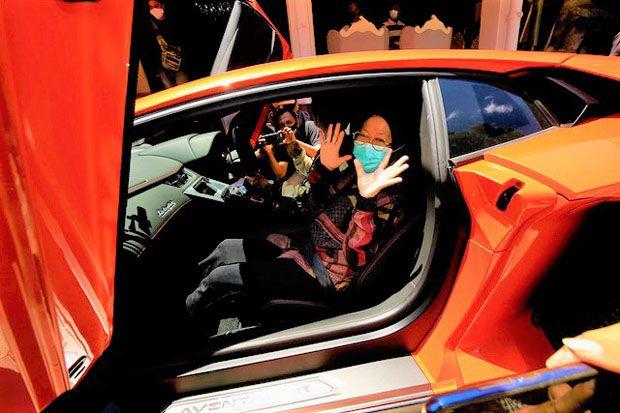 Jelang Pensiun Risma Diajak Jalan-Jalan Naik Lamborghini Crazy Rich Surabaya