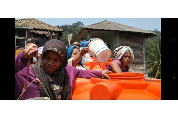 Abaikan Protokol Kesehatan, Warga Rebutan Bantuan Air Bersih