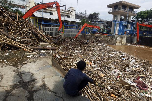 Puluhan Truk Disiapkan Angkut Sampah dari Pintu Air Manggarai