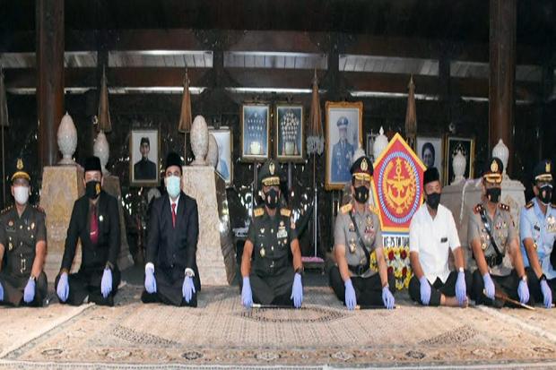 HUT TNI, Pangdam IV-Kapolda Jateng Ziarah Makam Soeharto di Astana Giribangun