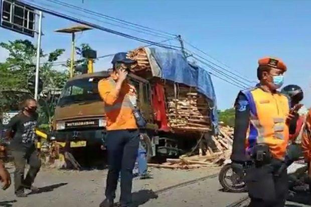 Mesin Mati saat Berada di Atas Rel, Truk Muatan Kayu Disambar Kereta Api
