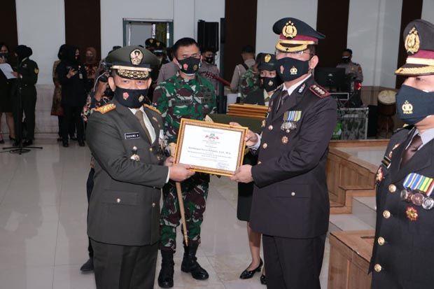 Ungkap Berita Hoaks COVID-19, Pangdam Jaya Ganjar Dirreskrimsus Polda Metro Penghargaan