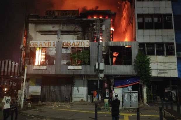 Kebakaran Bioskop di Senen Makin Membesar, 125 Personel Damkar Jakpus Kesulitan Padamkan Api
