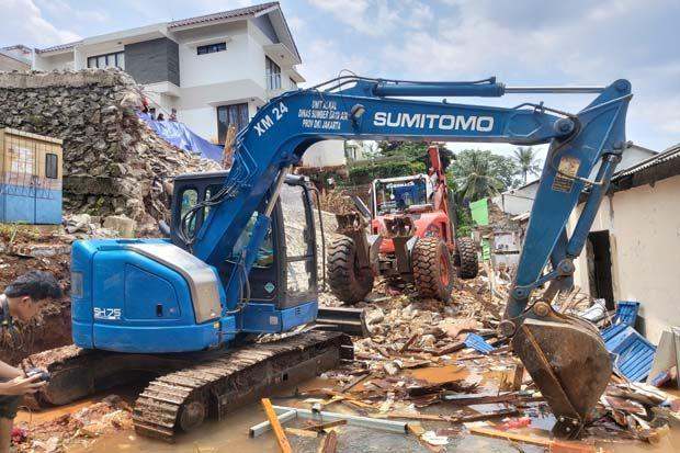 2 Alat Berat Bersihkan Tanah dan Material Longsor di Ciganjur Jakarta Selatan