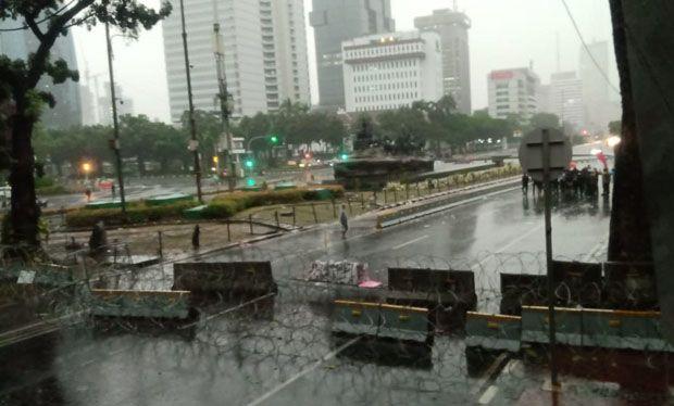 Hujan Deras Tak Kunjung Berhenti, Massa Pengunjuk Rasa Bubar Barisan