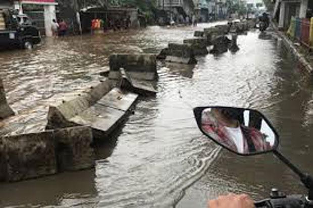 2 Jam Diguyur Hujan, Sejumlah Ruas Jalan di Jakut Terendam Banjir