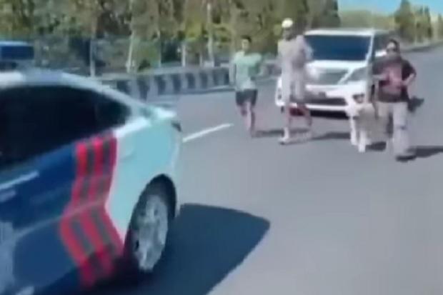 Kebangetan, Mobil Patwal Polda Bali Kawal Orang Jogging di Jalan Raya