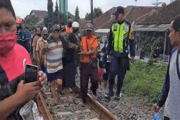 Pria Paruh Baya Selamat Meski Terhempas Kereta Api hingga Masuk ke Kolong Lokomotif