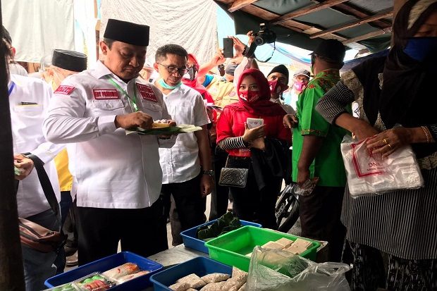 Blusukan ke Pasar Beringin, Edy Pratowo Borong Jajanan dan Serap Aspirasi Rakyat