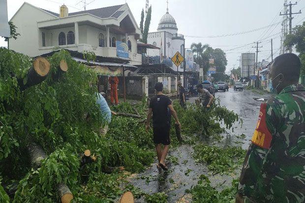 Hujan Lebat Disertai Angin Kencang, Warga Manado Diminta Waspada