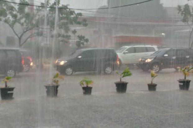 Jakarta Diguyur Hujan Siang Hari, Waspadai Banjir dan Angin Kencang