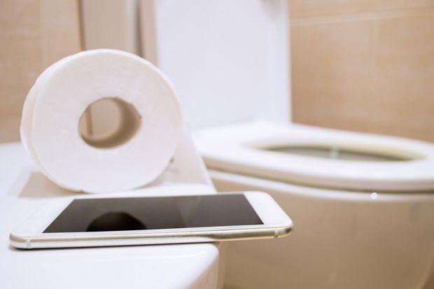 Alasan Kita Dilarang Bawa Handphone ke Toilet, Salah Satunya Bikin Ambeien