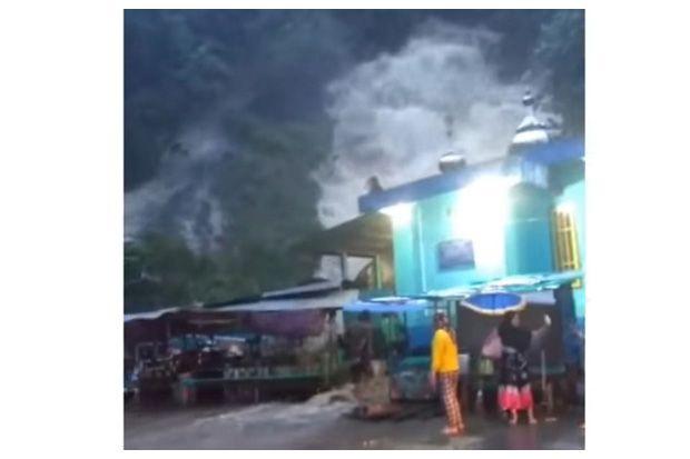 Hujan Deras, Air Terjun Gunung Rambutan Meluap
