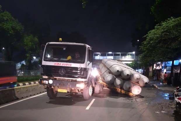 Truk Kontainer Angkut Paku Bumi Patah As di Exit Tol Jagorawi
