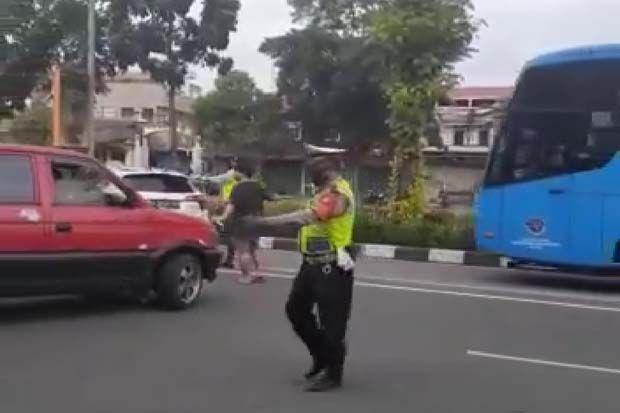 Truk Patah As di Exit Tol Jagorawi, Polisi Alihkan Arus Lalu Lintas